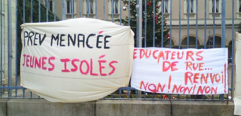 Photo de banderoles lors d'une mobilisation de salarié·es de la prévention spécialisée