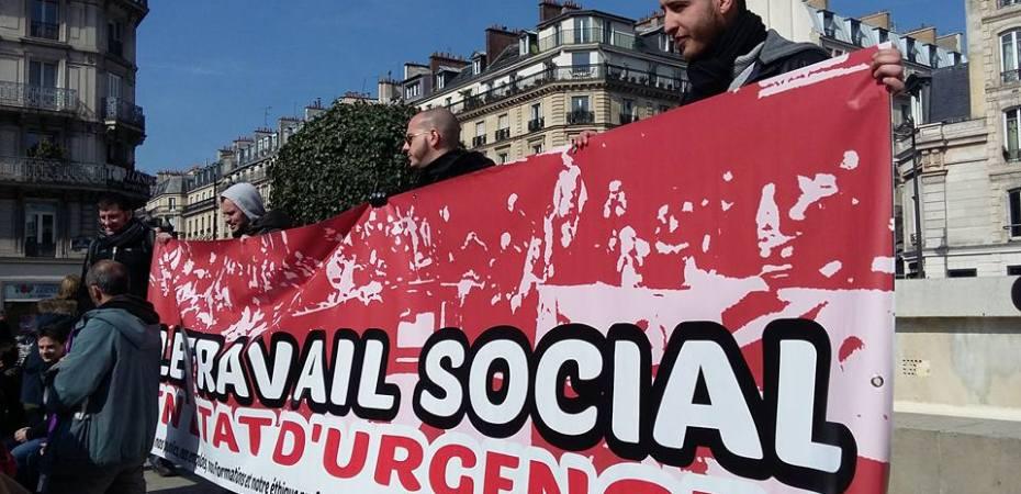 """Photo de la banderole """"Travail social en état d'urgence"""""""