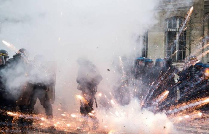 Explosion d'un pétard aux pieds des CRS
